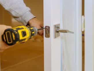 Holztür wird repariert