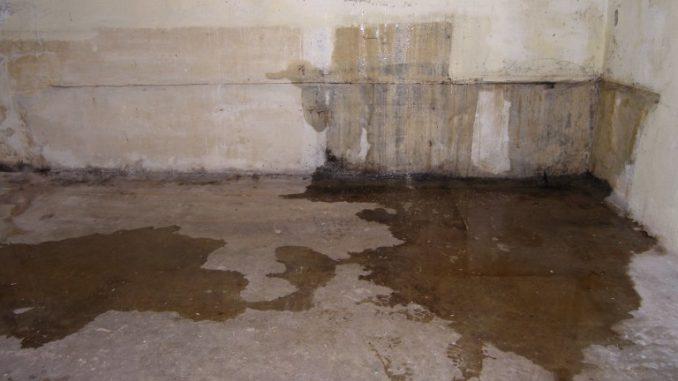 Wasser dringt in den Keller ein